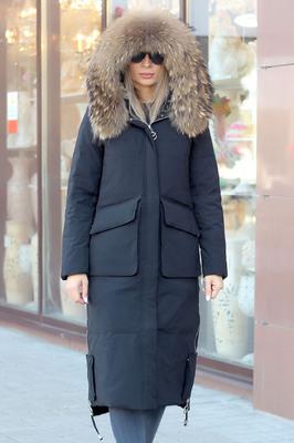 Теплая куртка с мехом енота черная