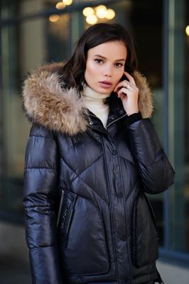 Женский зимний пуховик с меховым капюшоном