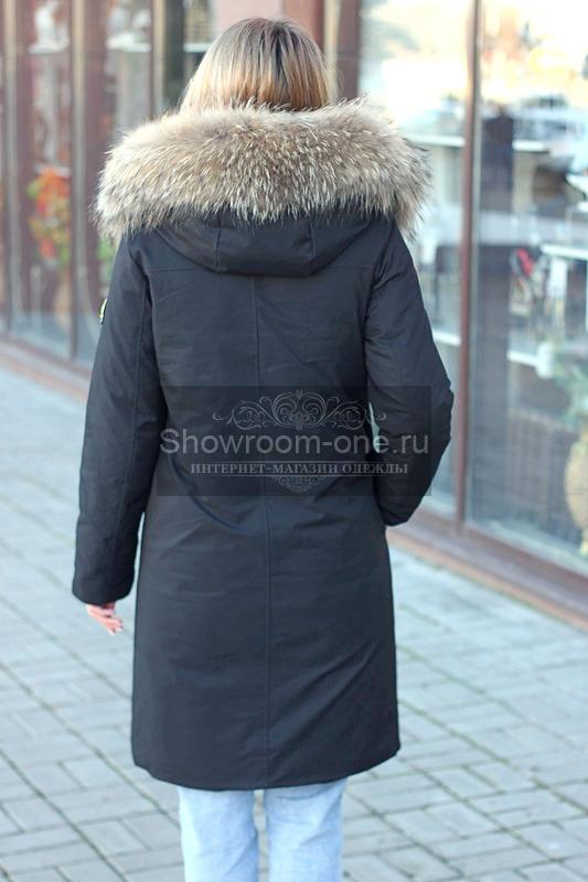 Женский пуховик декорированный енотом черный